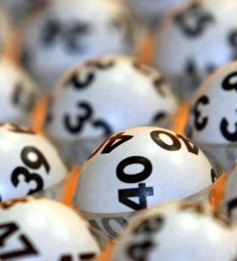 ARCHIV: Die Lottokugeln liegen im Sendezentrum des ZDF bereit fuer die Ziehung am Mittwoch (Foto vom 20.06.01). Der Lotto-Jackpot steigt auf rund 21 Millionen Euro und damit auf den hoechsten Stand seit ueber einem Jahr. Der Jackpot war am Wochenende nicht geknackt worden, wie die federfuehrende Staatliche Toto-Lotto GmbH Baden-Wuerttemberg am Montag (19.01.09) in Stuttgart mitteilte. Damit wartet bei der Ziehung 6 aus 49 am Mittwoch so viel Geld auf einen Gewinner wie zuletzt im November 2007. (zu ddp-Text) Foto: Katja Lenz/ddp